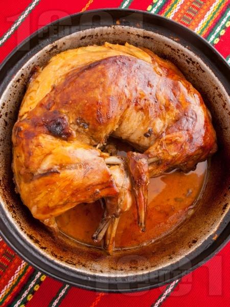 Вкусен пълнен крехък печен заек с ориз, лук и дреболии в тава под фолио на фурна - снимка на рецептата